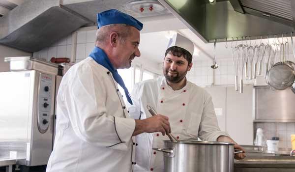 Im Bistro und Betriebsrestaurant des BTZ Köln fallen viele praktische Tätigkeiten an, in denen Sie sich erproben können.